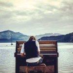 Čech se živí na Zélandu tím, že hraje na piano
