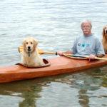 Muž si postavil speciální kajak, aby mohl brát svého psa na výlety